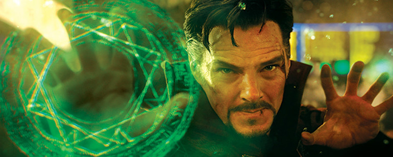Dr. Estranho conjurando os efeitos visuais fantásticos do filme